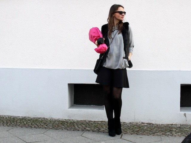 Outfit_Inspiration_Winter_FakeFur_Weste_Rock_grau_schwarz_Berlin_look_01