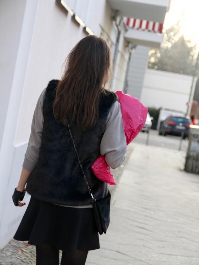 Outfit_Inspiration_Winter_FakeFur_Weste_Rock_grau_schwarz_Berlin_look_011