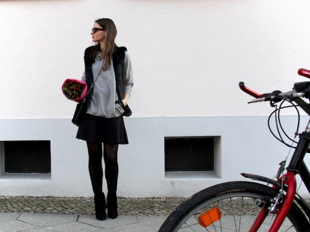 Outfit_Inspiration_Winter_FakeFur_Weste_Rock_grau_schwarz_Berlin_look_0141