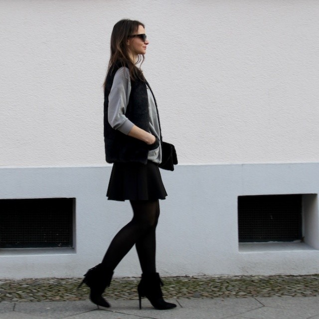 Outfit_Inspiration_Winter_FakeFur_Weste_Rock_grau_schwarz_Berlin_look_03