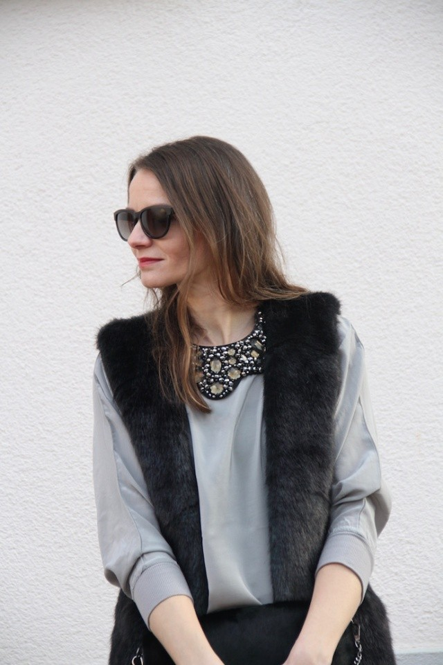 Outfit_Inspiration_Winter_FakeFur_Weste_Rock_grau_schwarz_Berlin_look_06