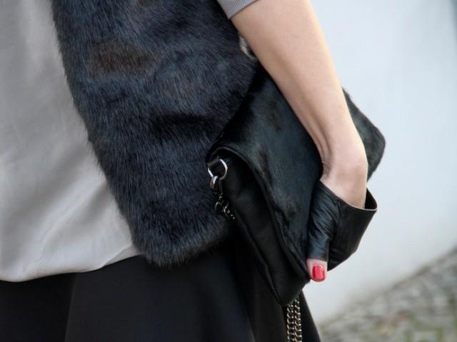 Outfit_Inspiration_Winter_FakeFur_Weste_Rock_grau_schwarz_Detail_0