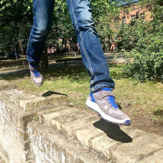 Kinderschuhe_test_superfit_jungen_sneaker_sommer_outfit_inspiration_1