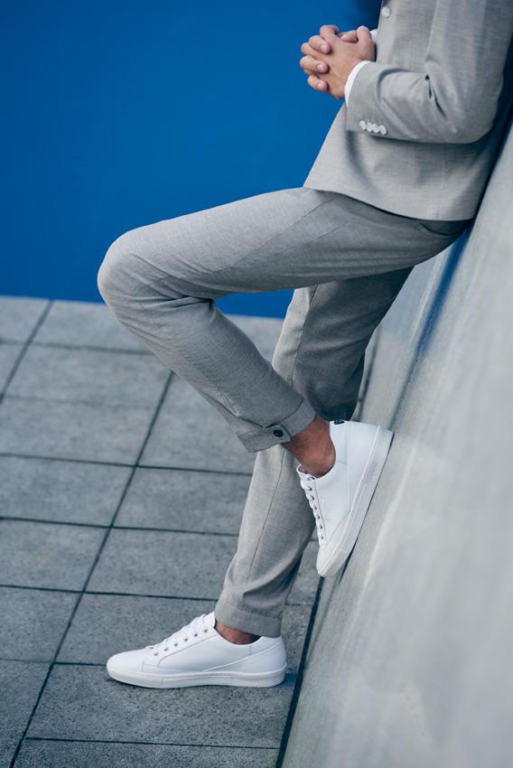 Strellson-Sommerkollektion-Anzug-Grau-Sneakers-Weiss