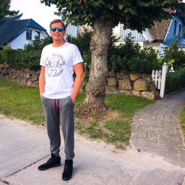Outfit-adidas-tubular-invader-strap-sneaker-almonigo-cashmere-pant-true-religion-shirt-oakley-glasses