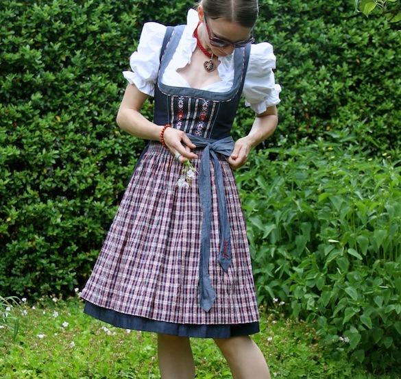 dirndl_trend_tracht_denim_-modern_midi_oktoberfest_outfit_inspiration_02_schleife_binden