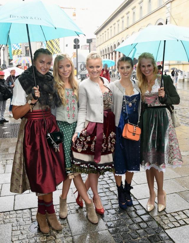 inspiration_outfit_look_oktoberfest_dirndl_brezn_wiesn_2016_fruehstueck-bei-tiffany_tracht_cathy-hummels
