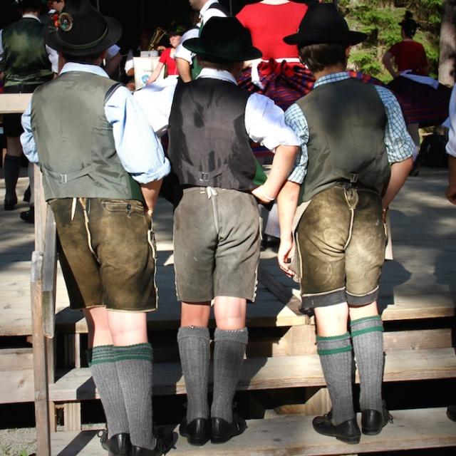lederhosen_janker_tracht_bayrische_lebensart_kinder_jungs_tracht_waldfest_wiesn_oktoberfest_outfit_inspiration