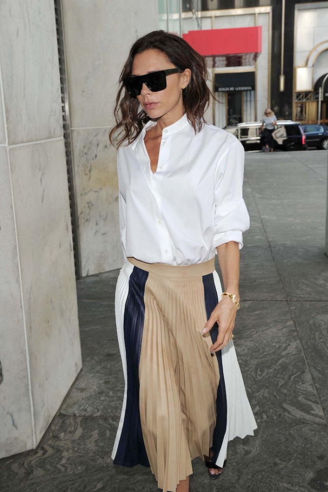 victoria-beckham-wearing-tiffanyco-_outfit_look_weissebluse_faltenrock_pleatedskirt_inspiration